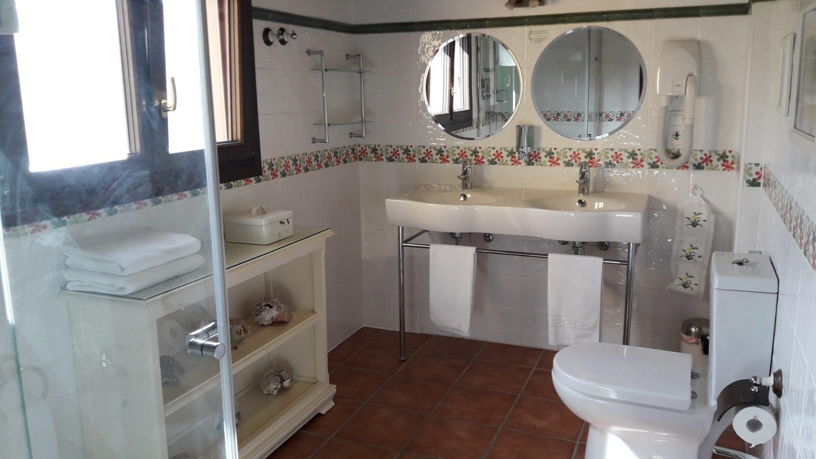 Baño habitación verde El Corral del Acebo