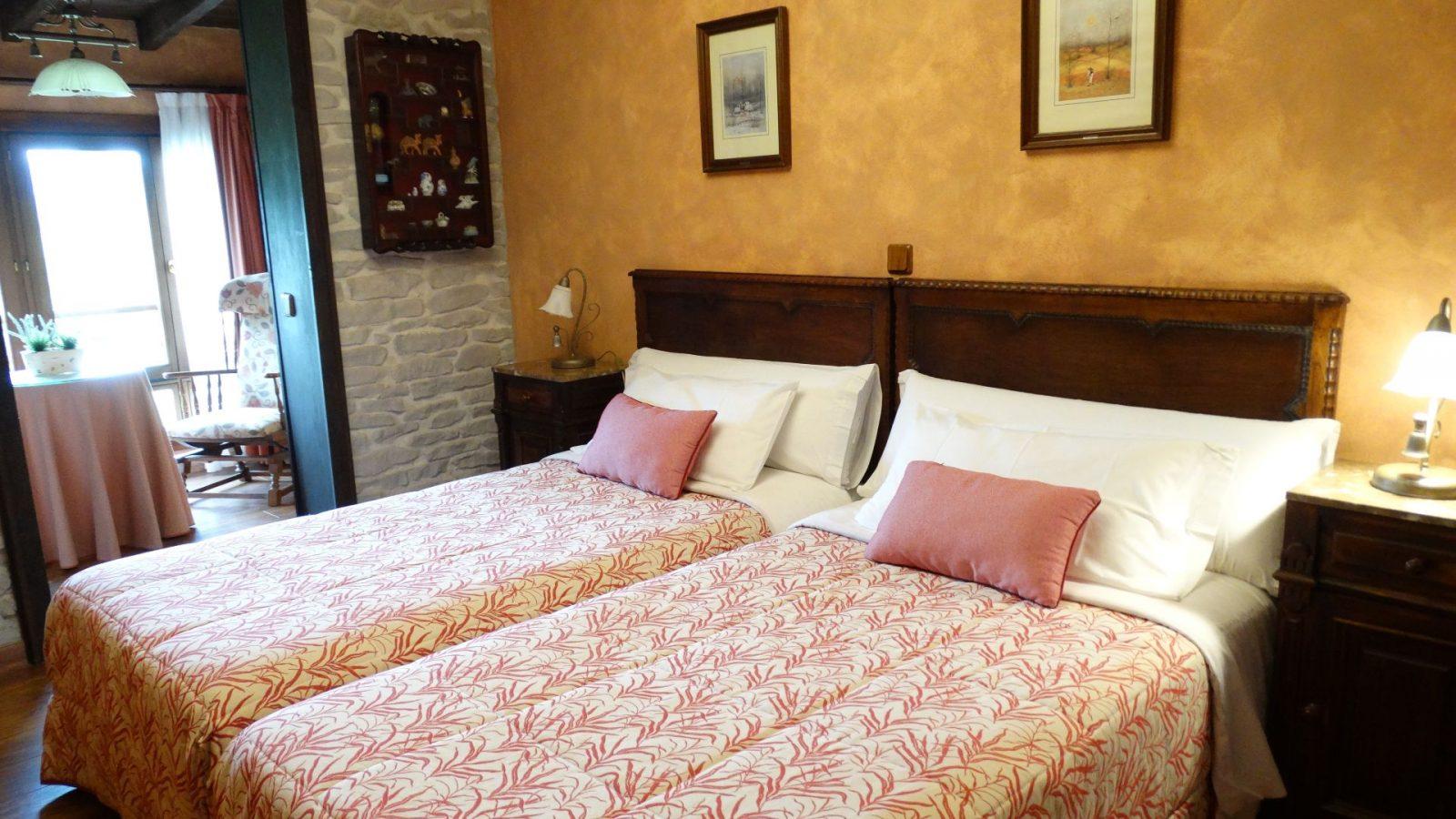 Camas habitación rosa El Corral del Acebo